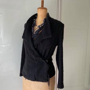 IRO sort boucle jakke fransk 38. ( passer str 36-38) Der er stretch i materialet, så den er fleksibel i str.  Også rigtig god her til efteråret som overgangs jakke. Den er i meget fin stand. Nypris 2600.- Sælger for kun 550.- Kan ses i Rungsted, sender gerne.