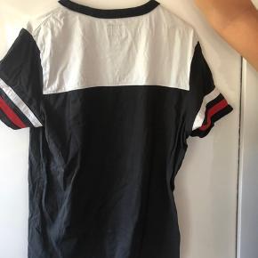 Hej alle,  Sælger denne wrangler t-Shirt, da jeg ikke får den brugt.  Har kun brugt den et par gange og har bare ligget i skabet i et halvt års tid uden at blive brugt.  Kan sagtens bruges til pige og dreng.   Np: 300 ca.