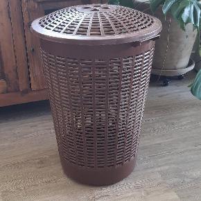 Høj brun vasketøjskurv med låg  66 cm. Høj 46 cm. Bred
