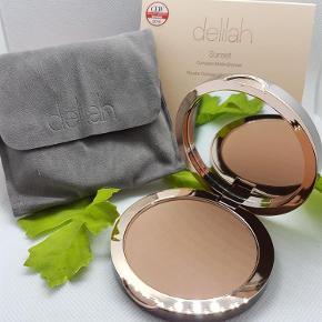 Brand: Delilah Varetype: Compact matte bronzer Størrelse: 11g. Farve: Light medium 2101  Jeg bytter desværre ikke. Sendes med DAO for 40kr. Brug gerne køb nu. :-)