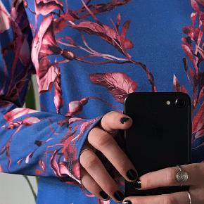 Blomstret kjole med høj hals og slids i begge sidder fra Zara. Str. S. Aldrigt brugt!👛