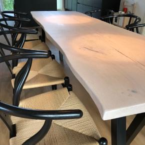Emmanordic spisebord i kraftig dansk egeplank, og tigsvejsede pulverlarkerede stålben. Bordplade et skåret ud fra et stykke plank, herefter forarbejdet og olieret. Bemærk! ,- En eksklusiv massiv planke. B: 80, L: 240. Ring/skriv på tlf. 42248920 for nærmere info/ forespørgsler.