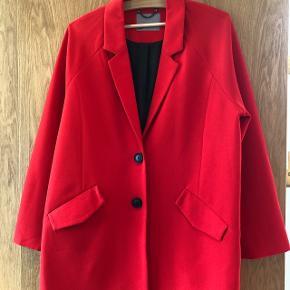 Fin Transseason mellemlang jakke i rød med sorte knapper- sort foer - raglan ærmer - lomme klap