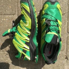Varetype: vandre sko Farve: grøn  Sålen har været brugt i et andet par sko. Selve skoen er stort set ubrugt.