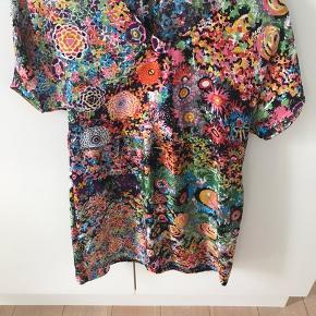 Super smuk kort kjole 🥰 Det er en str it 40 svarende til 36/38. Fejler intet . Købt fra ny og brugt max 5 gange .