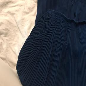 Sælger denne smukke nederdel, da jeg skal bruge pengene på noget andet. Nederdelen er super flot i farven, har prøvet og fange farven på billede 1, da man ikke kan se den helt rigtige farve på de 2 andre billeder pga lyset. Den er super flot med fx hvid til. Nypris var 600 kr.