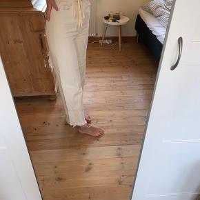 """""""Bæltet"""" kan nemt tages ud. Modellen hedder 'Slack Ecru Jeans'. Bukserne er brugt 2 gange og vasket en gang, og fejler derfor intet. Bukserne en smule krøllet på det ene ben på billedet, men dette rettes selvfølgelig ud, når jeg stryger dem før jeg sender dem.  Er åben for seriøse bud."""