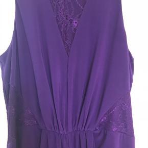 Fin lang kjole med blondedetaljer, slidt foran og lynlås i ryggen.