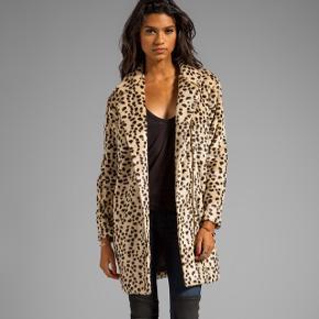 Faux fur leopard jakke fra By Malene Birger, model 'Elaisa'. Str. 34, men stor i størrelsen, så passer også str. 36 (jeg bruger str. 38). Slid yderst på ærmer (se fotos)- men absolut ikke noget man lægger mærke til. 50% polyester, 50% akryl. Overgangsjakke (forår/efterår).