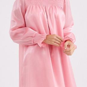 Knælang candyfloss kjole 💗  Størrelse 38, men kan sagtens passes af en 40-42!   - Jeg er 173 cm, og bruger str s-m - Kan afhentes i kbh eller sendes med dao *køber betaler fragt*