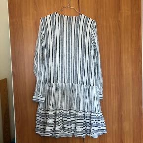 Fin kjole fra Pieces. Skriv, hvis der er spørgsmål. :)