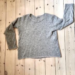 Lækker let strikket bluse/trøje i mohairblanding sælges, da jeg ikke får den brugt.