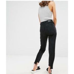 Super fede monki kimomo high relaxed jeans.  De to første billeder viser disse lækre cowboy jeans pasform, og det sidste billede er af mine egne bukser.  Bukserne sidder flot med ripped kant.  De er str 26 hvilket svarer til small