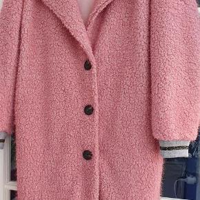 Varetype: frakke Farve: lys rosa Oprindelig købspris: 999 kr. Kvittering haves.  Super frakke. Den er både blød og lækker og elegant i modellen. Den er aldrig brugt! Den er lidt lysere i farven,end billederne viser.  Bytter ikke
