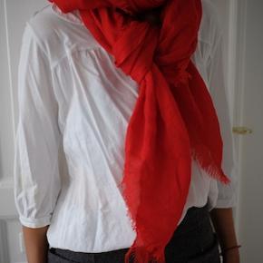 Smukt tørklæde i tomatfarve fra By Malene Birger sælges, da jeg desværre ikke får det brugt. Det kan afhentes på Frederiksberg, ellers betaler køber for porto og evt. ts-gebyr. Det måler ca. 125*130 cm.