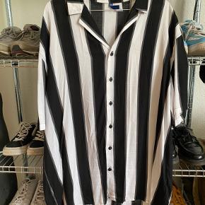 Sort og hvid stribet skjorte fra H&M Skal muligvis stryges lidt