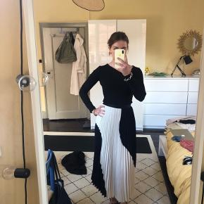 Smuk plisseret nederdel fra H&M. Kun brugt få gange og fremstår næsten som ny. Kom med bud :)  #secondchancesummer