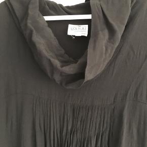 Rigtig fin og lækker kjole fra masai i sort. Kjolen er brugt, men i god stand. Den er i 100% viskose
