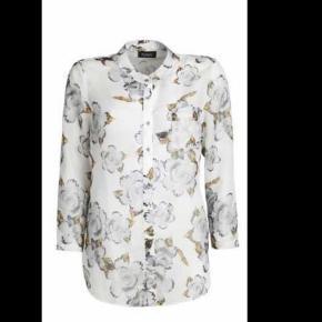 Varetype: Skjorte Størrelse: xs/44-46 Farve: se billeder  Flot skjorte fra Nør i str xs/44-46 - men str 46 passer den også.