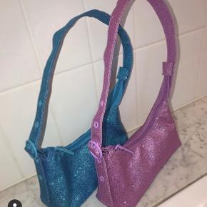 Brugt en enkelt gang eller 2.  Rigtig cute lille blå skuldertaske med glimmer, perfekt til byen! Sælges fordi jeg har for mange tasker!