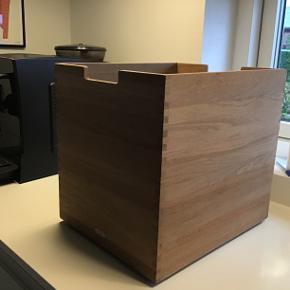 Cutter stor kasse fra Trip Trap i teak. Den passer perfekt under cutterbænken, praktisk til opbevaring. Der er hjul under.  Ikke brugt meget, derfor rigtig god stand.
