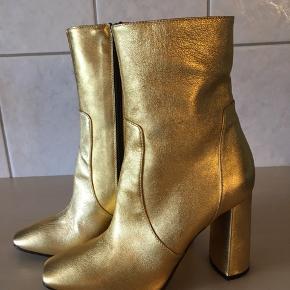 Overdrevet smukke støvler fra Apair.  Skindbeklædt hæle på 10 cm.  Købspris 2399,-