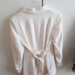 Blazer med små skulderpuder og bindebånd i ryggen