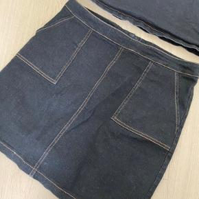 Neo noir denim sæt, brugt 1 gang  Nederdel str. M nypris: 399 Bluse str. S/M ny pris: 499 Kom med et bud:)