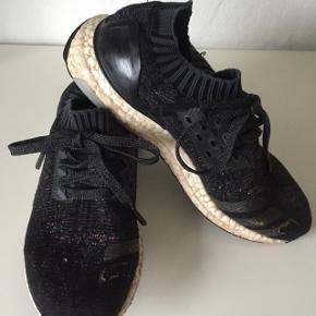Sælges billigt pga. Striberne yderst på skoene er faldet af, ellers fejler de intet.