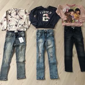 Pigepakke str. 5-6 år.   Name it/Little Pieces jeans til pige.  Aldrig brugt, det ene par stadig med mærke.  Det mørke par er med glimmer i stoffet, dog svært at fange på billede.   Bluser gmb i den pæne ende.  Samlet 300 kr., afhentet i Ørum  Ellers pp