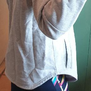 Grå hoodie fra boohoo, brugt men i fin stand. 😊