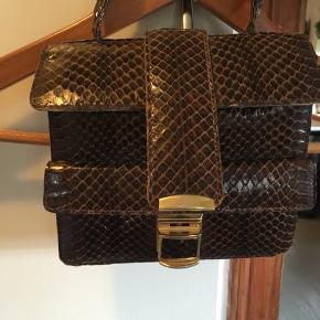 Super skøn retro håndtaske med lille skade på håndtaget, derfor prisen. Som er incl Porto