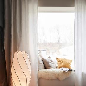 Ikea SJÖPENNA gulvlampe.   Højde: 1 m Skærmdiameter: 44 cm Kabellængde: 2 m  Pære medfølger.