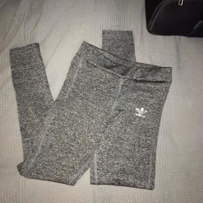 Træningsbukser, tights, løbebukser. Str. S, fra Adidas. De er brugte, men stadig i fin stand. Byd.🌸