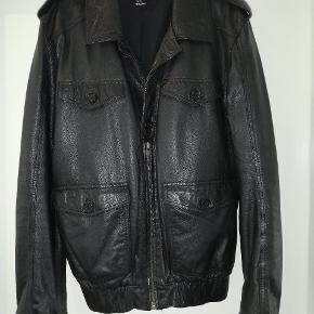 Mega lækker læder jakke. Med fede detaljer. Lynlås til midt på og resten med knapper. Nypris 1200