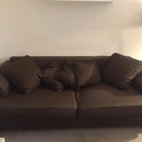 3 personers sofa sælges billigt grundet flytning. Den er målt til 234 cm. lang og 108 cm. bred. Der følger 3 små puder med + 4 store.   Kom med et bud.  Bemærk: Den er tung og skal bæres ned fra 3. sal.
