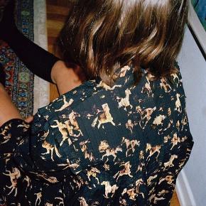 Ganni sort skjorte/kjole med hesteprint. Størrelse: 34   Np: 1300 kr.   Brugt og vasket et par gang, men rigtig rigtig fin stand.