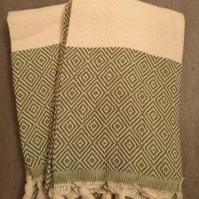 Kender du de store lækre tyrkiske Hammam håndklæder i vævet økologisk bomuld med miljørigtig indfarvning? De er fantastiske at tørre sig i og tørrer nemt og hurtigt.  gæstehåndklæder fås i samme farver  - 65kr/stk (sælges i 2pak)  Store Hammamhåndklæder i 100*180 cm har vi i flere forskellige farver. Spørg endelig. Sender gerne billeder af dem, vi har tilbage. Sælges billigt 1 stk. 160kr Jeg pakker gerne ind som gave 🇩🇰  Ved TS pålægges et mindre gebyr til prisen. Billig forsikret fragt med DAO eller GLS.  Leverer gratis i Fredericia.