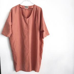 Weekday kjole i baggy form   størrelse: Small   pris: 150 kr   fragt: 37 kr