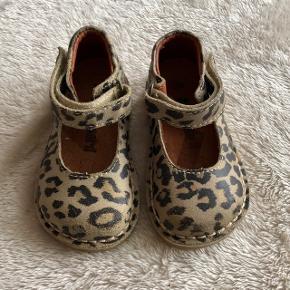 Bundgaard sandaler med leopard print. Ubrugte, da min datter ikke bryd sig om at have dem på. Derfor kun prøvet på.  Ny pris : 500 ,-