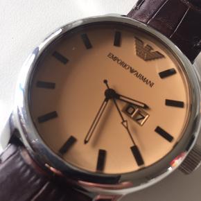 Emporio Armani model AR0429 ur sælges. Brugt, men i rigtig fin stand, og ingen ridser i glasset. Det eneste der kræves er et nyt batteri.