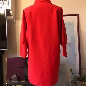 Hjemmesyet lukket vintage-frakke/kjole.kan knappes op, men er syet sammen under knapperne. Størrelsen er kun anslået.  Kan afhentes i Odense V.  Se også mine mange andre annoncer - jeg giver mængderabat 😊