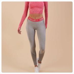 Lækre gymshark tights, rigtig fin stand, der er lige sådan nogle ting på låret - se 2. Billede