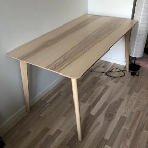 Super flot spisebord, blev købt i 2019 og blev brug i to måneder, og har der efter stået opmagasineret. Der er plads til fire personer ved bortset (6 Hvis man tager bordenderne i brug) Højde: 75cm Brede: 78cm Længde: 140 Ny prisen er 1200kr  De to stole er også til salg ved siden af.