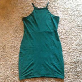 Flot flaskegrøn kjole fra Nelly. Str. S men er strækstof så kan passes af både m og xs også. Kom med et bud 🎉