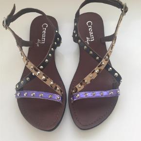 Cream sandaler