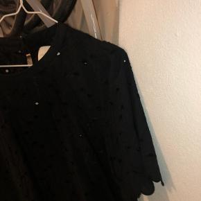 Sælger denne smukke bluse fra Lollys Laundry som er brugt maks 3-4 gange. Dette er en str XL men den er meget lille i størrelsen, byd!!