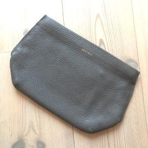 """Rodtnes Falda clutch i smukkeste mørkegrå farve og fantastisk blødt læder. Plads til kort og en lille lomme indeni. Hardware i guldfarve. Billede 4 er for at vise den """"på""""😊 Nypris: 900 Mindstepris: 450pp"""