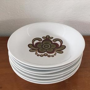 Sød dyb tallerken fra Kahla. Hvid med grøn / brunlig dekoration i 70'er stil. Diameter 21,5 cm. Perfekt stand. Ingen afslag, revner eller skår. Meget få brugsspor. Prisen er pr. stk. Har 7 stk, som jeg helst sælger samlet for 95kr. Vintage  Jeg sælger også bl.a. vintagetøj + unikke ting til hjemmet, og jeg giver mængderabat.