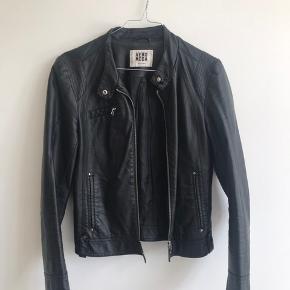 Sort fake læderjakke fra Vero Moda Har ingen brugstegn og er i god stand Køber betaler fragt, eller afhentes i KBH